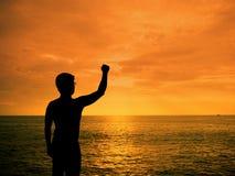 Uomo della siluetta che mostra la sua mano Immagini Stock Libere da Diritti