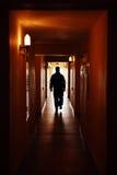 Uomo della siluetta in corridoio Fotografia Stock