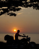 uomo della siluetta sul motociclo Fotografia Stock
