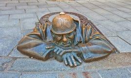 Uomo della statua sul lavoro nella città di Bratislava, Slovacchia Immagine Stock