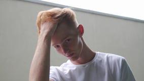 Uomo della testarossa di modo con taglio di capelli ed il ritratto alla moda delle lentiggini video d archivio