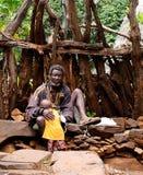 Uomo della tribù di Konso aka Xonsita con il bambino - 3 ottobre 2012, valle di Omo, Etiopia fotografie stock
