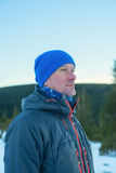 Uomo della viandante nella foresta di inverno Fotografia Stock Libera da Diritti