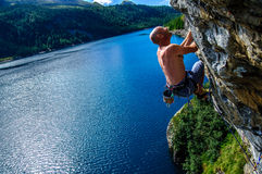 Uomo dello scalatore sopra il lago Immagine Stock