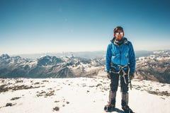 Uomo dello scalatore sulla sommità orientale della montagna di Elbrus Fotografia Stock