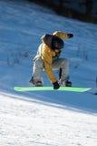 Uomo dello Snowboard di volo Fotografia Stock
