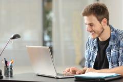 Uomo dello studente o dell'imprenditore che lavora a casa immagini stock libere da diritti