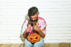 Uomo dello zombie con la zucca di Halloween Fotografia Stock Libera da Diritti