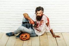 Uomo dello zombie con la zucca di Halloween Fotografie Stock Libere da Diritti