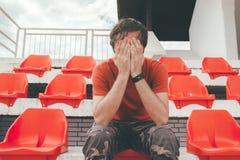 Uomo deludente allo stadio di sport che guarda il gioco Immagine Stock Libera da Diritti