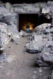 Uomo dentro la caverna di stoccaggio della guerra fredda Fotografia Stock Libera da Diritti