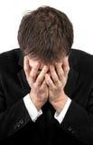 Uomo depresso che copre il suo fronte a mano fotografie stock libere da diritti
