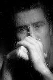 Uomo depresso che osserva attraverso la finestra la notte Immagini Stock Libere da Diritti