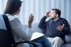 Uomo depresso durante la consultazione Fotografie Stock Libere da Diritti