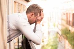 Uomo depresso triste che ritiene basso e triste nel concetto di salute mentale fotografie stock