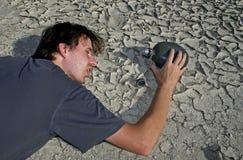 Uomo in deserto fotografia stock