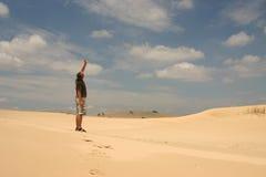 Uomo in deserto Fotografia Stock Libera da Diritti