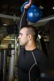 Uomo di addestramento di allenamento dell'oscillazione di Kettlebell alla palestra Fotografie Stock Libere da Diritti