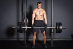 Uomo di addestramento di forma fisica di sollevamento pesi Immagini Stock Libere da Diritti