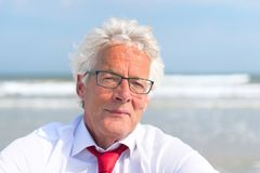 Uomo di affari alla spiaggia Fotografie Stock