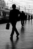 Uomo di affari alla stazione ferroviaria immagine stock
