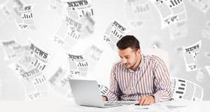 Uomo di affari allo scrittorio con i giornali del mercato azionario Immagini Stock