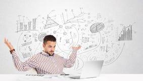 Uomo di affari allo scrittorio con i grafici disegnati a mano Immagini Stock Libere da Diritti