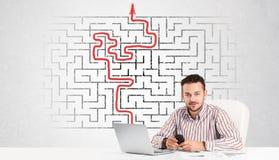 Uomo di affari allo scrittorio con il labirinto e la freccia Fotografie Stock Libere da Diritti