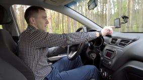 Uomo di affari in automobile archivi video