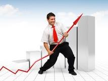 Uomo di affari che aiuta una freccia rossa del grafico Fotografia Stock