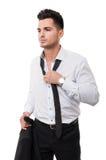 Uomo di affari che allenta la sua cravatta nera Fotografia Stock Libera da Diritti