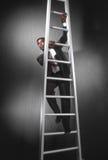 Uomo di affari che arrampica ladder_3 fotografia stock libera da diritti