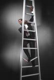 Uomo di affari che arrampica ladder_3 rotto immagine stock