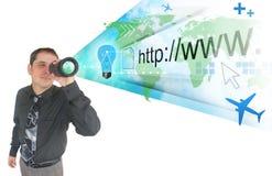 Uomo di affari che cerca sul Internet sporgente Fotografia Stock Libera da Diritti