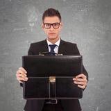 Uomo di affari che dà la sua valigia Fotografie Stock Libere da Diritti