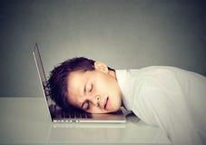 Uomo di affari che dorme sul suo computer portatile Immagine Stock Libera da Diritti
