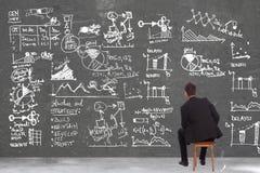 Uomo di affari che esamina alcuni calcoli fotografie stock