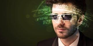 Uomo di affari che esamina i calcoli alta tecnologia di numero fotografie stock
