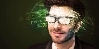 Uomo di affari che esamina i calcoli alta tecnologia di numero Fotografia Stock Libera da Diritti