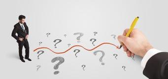 Uomo di affari che esamina i punti interrogativi ed il percorso della soluzione Immagini Stock