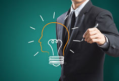 Uomo di affari che estrae la metafora della lampadina per la buona idea Fotografia Stock