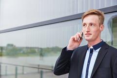 Uomo di affari che fa chiamata con lo smartphone Fotografia Stock Libera da Diritti
