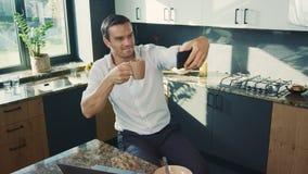Uomo di affari che fa la foto del selfie in cucina Ritratto dall'alto in basso dell'uomo sorridente stock footage