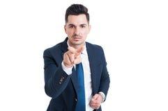 Uomo di affari che fa vi vedo gesture Immagine Stock
