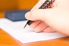 Uomo di affari che firma il contratto Immagine Stock Libera da Diritti