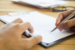 Uomo di affari che firma un contratto Possiede il segno di affari personalmente, direttore della società, procuratore legale Agen immagini stock libere da diritti