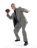 Uomo di affari che getta un gioco del calcio Fotografie Stock Libere da Diritti