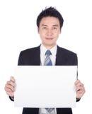 Uomo di affari che giudica uno strato della carta in bianco isolato su bianco immagini stock