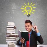 Uomo di affari che ha un'grande idea mentre leggendo Fotografie Stock