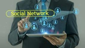 Uomo di affari che indica sul cuscinetto della compressa di concetto di media della rete sociale archivi video